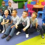Chłopcy siedzący