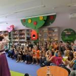 Dzieci powtarzają gesty autorki
