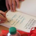 Autorka podpisuje książkę