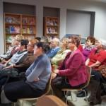 Goście siedzą i słuchają autora
