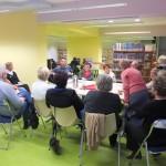 Uczestnicy dyskutują przy stole