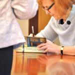 Autorka podpisuje książki