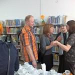 Rozmowy uczestników z pracownikiem biblioteki