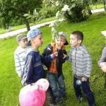 Dzieci oglądają kwiaty na drzewie