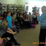 Dzieci słuchające opowieści o Morągu