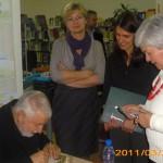Pan Majewski podpisuje dedykację na książce