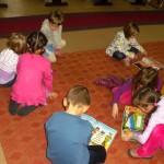 Dzieci zapoznają się z książkami