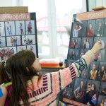 Dziewczynka wskazująca na fotofrafię