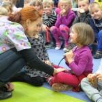 Paulina Freitag rozmawiająca z dzieckiem