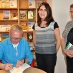 Mariusz Szczygieł podpisuje książkę