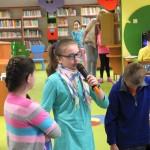 Dziewczynka mówi do mikrofonu