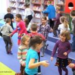Dzieci biorą udział w zabawie ruchowej