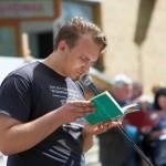 Pan biorący udział w czytaniu publicznym