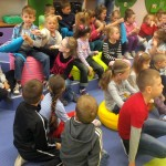 Dzieci oglądają zabawki