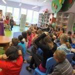 Dzieci wykonują gesty polecone przez autorkę