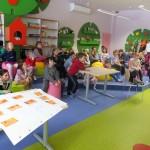 Dzieci oglądają prezentację na ekranie