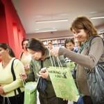 Goście oglądają torebki z upominkami