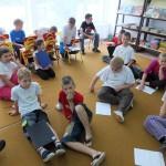 Dzieci siedzą na podłodze