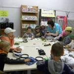 Dzieci wykonują prace na zajęciach