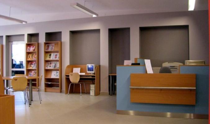 Stanowisko obsługi i biurko z komputerem pełniącym rolę katalogu