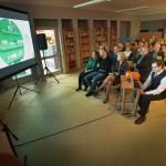 Goście oglądają film przedstawiający modernizację biblioteki