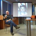 Autor opisuje zdjęcia prezentowane na ekranie