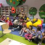 Dzieci siedzą i spożywają drożdżówki