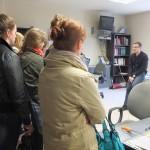 Uczestnicy słuchają nauki dziennikarza