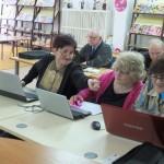 Uczestnicy zajęć pomagają sobie wzajemnie