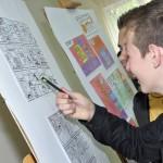 Młodzież ogląda wystawę