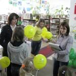 Rozdawanie balonów dzieciom
