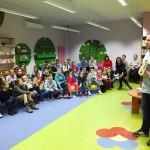Grzegorz oraz dzieci słuchające go
