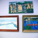 Trzy obrazy wiszące na ścianie