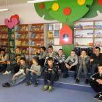 Młodzież zapoznaje się z etapami rozwoju pisma oraz zmieniającą się formą książki na przestrzeni dziejów