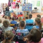 Dzieci siedzą i słuchają autorki