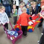 Dzieci bawią się zabawkami