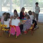 Dzieci przy stole wykonują kartki