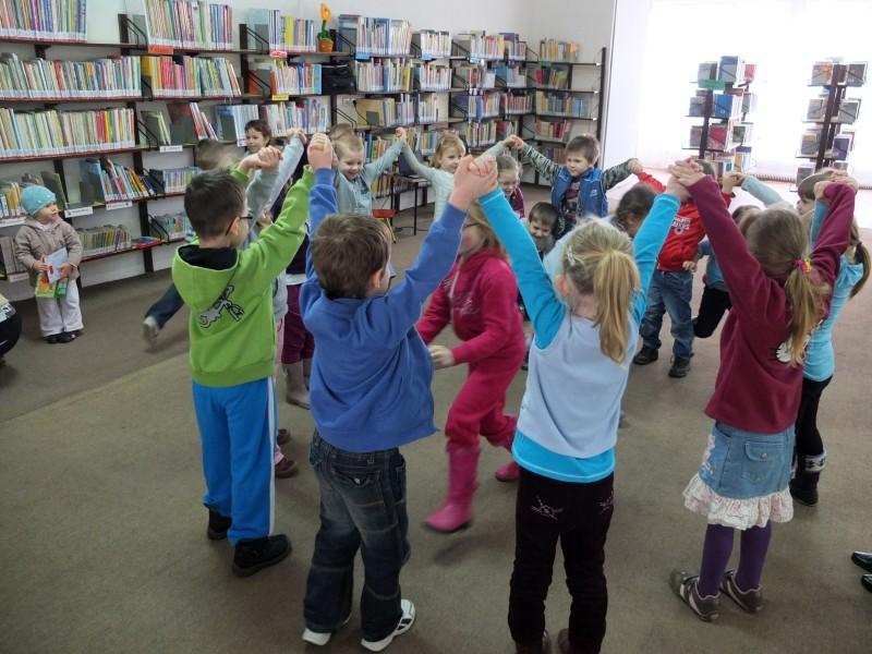 Dzieci w kółeczku trzymają się za ręce