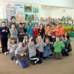 Zdjęcie grupowe dzieci przybyłych na rozstrzygnięcie konkursu plastycznych na konkurs