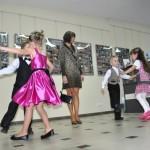 Pokaz tańca towarzyskiego w wykonaniu par przez dzieci