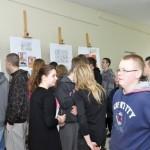 Młodzież pośród swoich prac