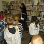 Dzieci z dyplomami słuchają uważnie jak dbać o książki