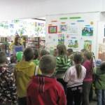 Dzieci słuchają przemówienia organizatorów