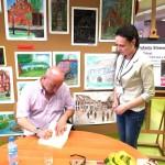 Sławomir Koper rozdaje autografy