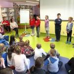 Dzieci stojące w rzędzie