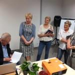 Tadeusz Prusiński dający podpisy