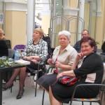 Goście siedzą i słuchają