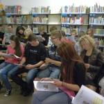 Pzybyła młodzież zapoznaje się z gazetką powstałą w czasie projektu