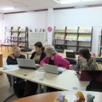 Starsze osoby wykonują zadania na komputerach
