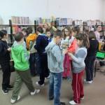 Dzieci oglądają pomieszczenia biblioteki